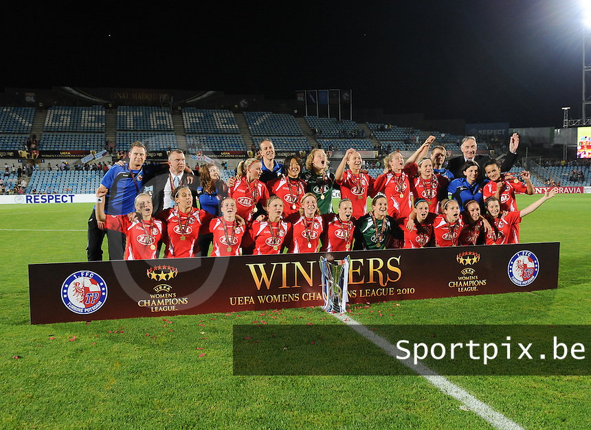 Uefa Women 's Champions League Final 2010 at  Coliseum Alfonso Perez in Getafe , Madrid : Olympique Lyon - Turbine Potsdam : potsdam showt de beker achter het Winners-paneel.foto DAVID CATRY / Vrouwenteam.be