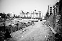 Daytime landscape view of a commercial building construction site on Huang He Dong Lu in the Sānménxiá Shì Húbīn District in Hénán Province.  © LAN