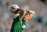 FUSSBALL   1. BUNDESLIGA   SAISON 2013/2014   7. SPIELTAG SV Werder Bremen - 1. FC Nuernberg                    29.09.2013 Clemens Fritz (SV Werder Bremen) beim Einwurf