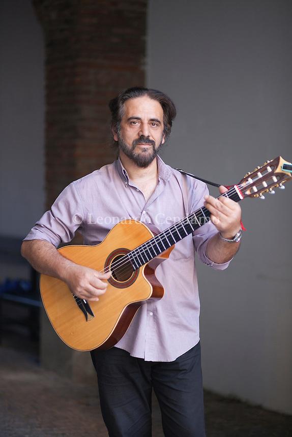 Angel Luís Galzerano è uno scrittore e musicista nato in Uruguay che vive in Italia. Lo abbiamo intervistato partendo dai suoi libri. Milano 29 settembre 2016. © Leonardo Cendamo