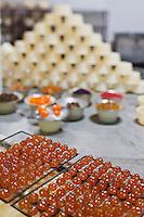 Europe/France/Provence-Alpes-Côte d'Azur/84/Vaucluse/Lubéron/Env d'Apt/ Les Beaumettes: Confiserie St Denis - Préparation des Fruits confits d'Apt par Denis Rastouil: Confisage [Autorisation : A12-3003]