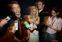Finale, Idol 2004 -Oslo Spektrum -. Kjartan Salvesen, vinner, intervjues av pressen.