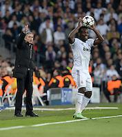 FUSSBALL  CHAMPIONS LEAGUE  HALBFINALE  RUECKSPIEL  2012/2013      Real Madrid - Borussia Dortmund                   30.04.2013 Trainer Jose Mourinho (li) feuert Michael Essien (re, beide Real Madrid) beim Einwurf an