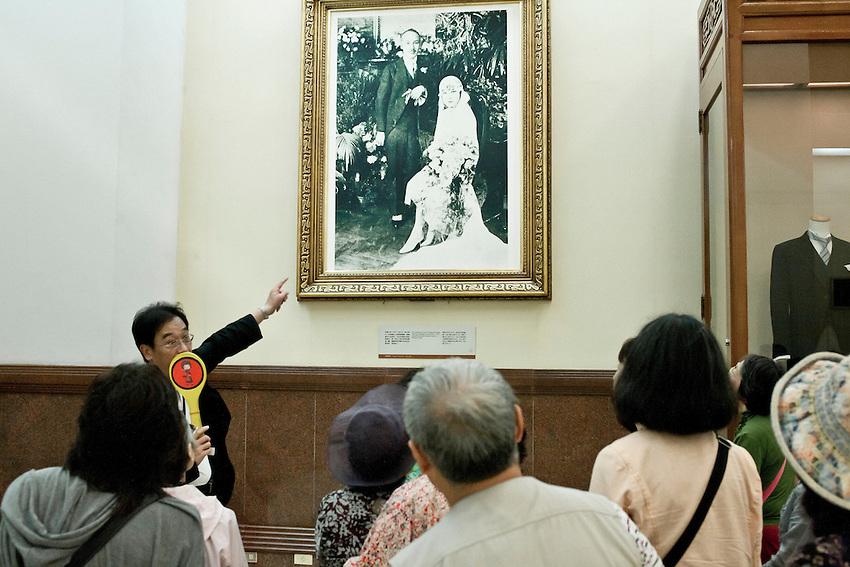 Des toursites japoais devant une photographie representant Chang Kai shek au moment de son mariage avec Soong ching Ling, nièce d eSun Yat-sen.