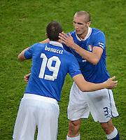 FUSSBALL  EUROPAMEISTERSCHAFT 2012   VORRUNDE Italien - Irland                       18.06.2012 Leonardo Bonucci  (li) und Giorgio Chiellini (re, Italien)