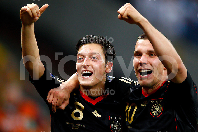 FUSSBALL WM 2010    VIERTELFINALE  03.07.2010 ARGENTINIEN - DEUTSCHLAND Schlussjubel: Mesut OEZIL (li) und Lukas PODOLSKI (re, beide Deutschland)