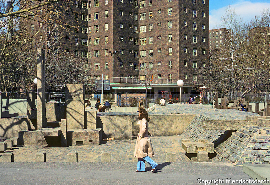 New York City: Riis Plaza, Jacob Riis Houses. Drug dealers & later the homeless took over from residents and children. Photo '78.