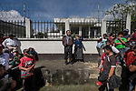 21 noviembre 2014. <br /> Miguel Tom&aacute;s Sebasti&aacute;n fue capturado por vecinos de Santa Cruz de Barillas (Guatemala) acusado de intentar matar a l&iacute;deres comunitarios que se oponen a la hidroel&eacute;ctrica espa&ntilde;ola Ecoener. El tuvo que caminar atado por el pueblo antes de ser sometido a un juicio p&uacute;blico en el parque. Las leyes mayas determinan que, en caso de conflicto entre comunidades, se puede aplicar su propia justicia.  <br /> La llegada de algunas compa&ntilde;&iacute;as extranjeras a Am&eacute;rica Latina ha provocado abusos a los derechos de las poblaciones ind&iacute;genas y represi&oacute;n a su defensa del medio ambiente. En Santa Cruz de Barillas, Guatemala, el proyecto de la hidroel&eacute;ctrica espa&ntilde;ola Ecoener ha desatado cr&iacute;menes, violentos disturbios, la declaraci&oacute;n del estado de sitio por parte del ej&eacute;rcito y la encarcelaci&oacute;n de una decena de activistas contrarios a los planes de la empresa. Un grupo de ind&iacute;genas mayas, en su mayor&iacute;a mujeres, mantiene cortado un camino y ha instalado un campamento de resistencia para que las m&aacute;quinas de la empresa no puedan entrar a trabajar. La persecuci&oacute;n ha provocado adem&aacute;s que algunos ecologistas, con &oacute;rdenes de busca y captura, hayan tenido que esconderse durante meses en la selva guatemalteca.<br /> <br /> En Cob&aacute;n, tambi&eacute;n en Guatemala, la hidroel&eacute;ctrica Renace se ha instalado con amenazas a la poblaci&oacute;n y falsas promesas de desarrollo para la zona. Como en Santa Cruz de Barillas, el proyecto ha dividido y provocado enfrentamientos entre la poblaci&oacute;n. La empresa ha cortado el acceso al r&iacute;o para miles de personas y no ha respetado la estrecha relaci&oacute;n de los ind&iacute;genas mayas con la naturaleza. &copy; Calamar2/Pedro ARMESTRE<br /> <br /> The arrival of some foreign companies to Latin America has provoked abuses of the rights of indigenous peoples 