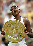 Tennis All England Championships Wimbledon Venus Williams (USA) freudestrahlend mit der Trophaee nach ihrem Finalsieg gegen Lindsay Davenport (USA).