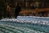 Beim Bau des Bootes in Nymburk / Zwei junge Tschechen haben 6.000 Plastikflaschen gesammelt, um darauf ein Abenteuer zu erleben. Sie haben ein Boot gebaut und fahren damit die Elbe hinunter, bis nach Hamburg.