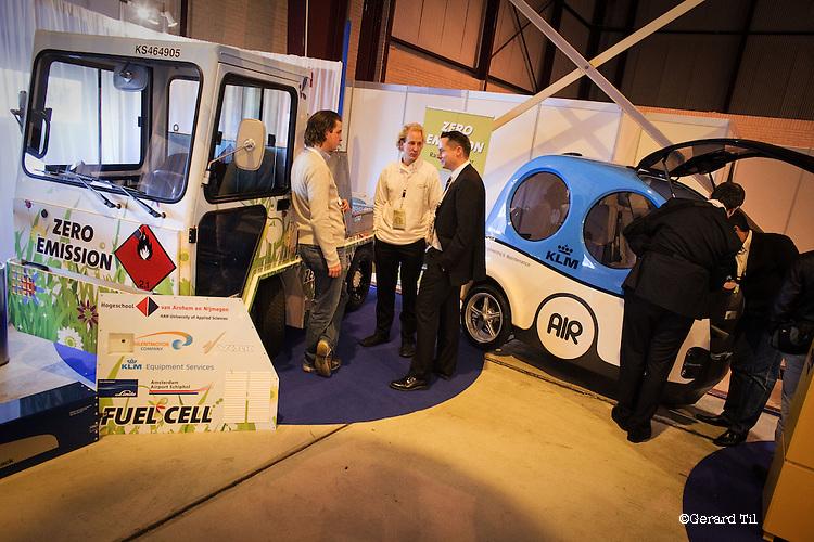Nederland, Katwijk, 04-11-2009  CO2 neutrale voertuigen naast elkaar. De linker rijdt op waterstof en de rechter op samengeperste lucht. Beiden ontworpen voor gebruik op  de luchthaven. Op vliegveld Valkenburg wordt de Innovatie estafette 2009 gehouden. Overheid, bedrijfsleven en kennisinstellingen presenteren de nieuwste duurzame en innovatieve ontwikkelingen in water, transport en mobiliteit. FOTO: Gerard Til / Hollandse Hoogte