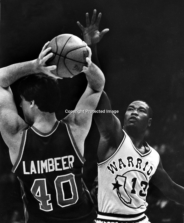Golden State Warrior Larry Smith guarding Bill Laimbeer.(photo/Ron Riesterer/photoshelter)