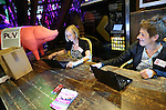 Foto: VidiPhoto<br /> <br /> RHENEN - Varkenshouders lijken zich massaal in te gaan schrijven voor de nieuwe Producenten Organisatie Varkenshouderij (POV). Dat bleek woensdagavond tijdens de bijeenkomst rond het 20-jarig bestaan van de Nederlandse Vakbond Varkenshouderij (NVV) in Ouwehands Dierenpark in Rhenen. De POV moet het opgeheven Productschap Veen en Vlees gaan vervangen als het gaat om het behartigen van gemeenschappelijke belangen in de varkenshouderij. De bijeenkomst van de NVV werd woensdagavond opgeluisterd door de aanwezigheid van staatssecretaris Sharon Dijksma van Economisch Zaken, die de varkenshouders niet alleen feliciteerde, maar ook waarschuwde goed op de signalen van de maatschappij te letten als het gaat om milieu en duurzaamheid.