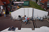 Entree van het dorp Oost-Vlieland ter hoogte van hotel-restaurant Zeezicht. Daar waar Waddendijk en Hoofdstraat elkaar kruisen, is een coupure in de dijk aangebracht. Bij verwacht extreem hoog water dan deze opening in de waddenzeedijk met schutbalken worden afgesloten.
