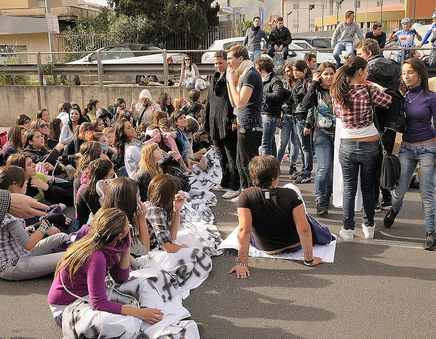 Il 30 novembre momento di picco della protesta degli studenti a Palermo: gli studenti occupano la circonvallazione.<br /> During the protest in Palermo against the government reform of public school and university, the students