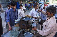 "Asie/Inde/Maharashtra/Bombay : Marchand de thé ""Chaiwallah"""