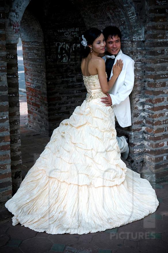 de jeunes vietnamiens posent pour leur album photo de mariage 2008