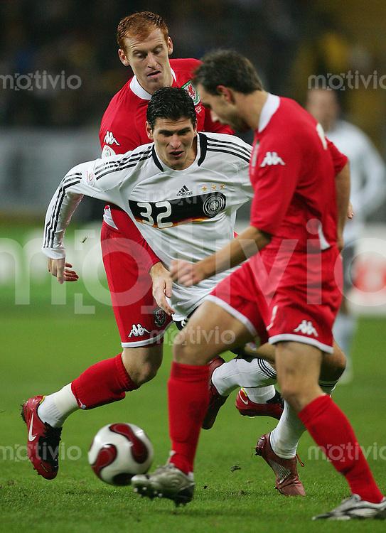 21.11.07 EM Qualifikation Deutschland - Wales Mario GOMEZ (GER, l) gegen James COLLINS (l) und Carl FLETCHER (WAL).