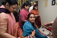 Delhi, India, 20 gennaio 2011. Matrimonio di Sumedha e Sapan. Sumedha, il mattino del matrimonio, durante le celebrazioni propiziatorie per la sposa.