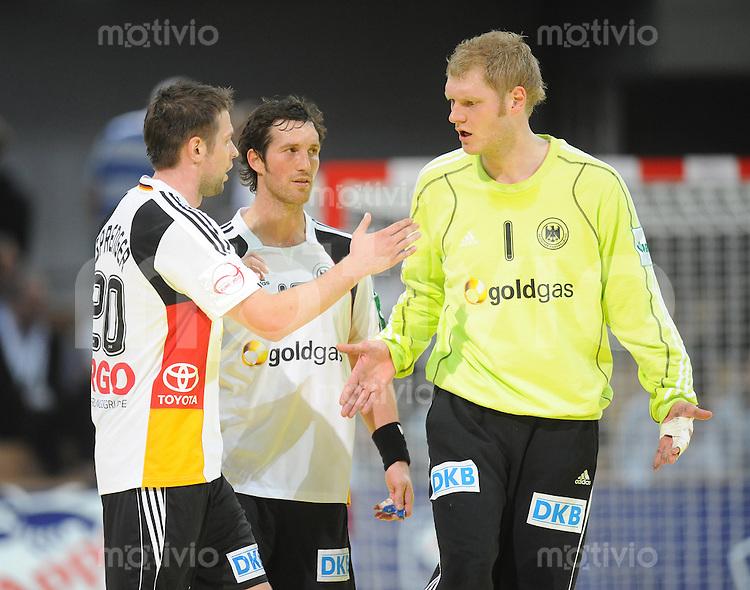 Handball EM Herren 2010 Vorrunde Deutschland - Polen 19.01.2010 Christian Sprenger, Torsten Jansen und Johannes Bitter (alle GER vlnr) enttaeuscht nach dem Spiel