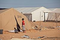 Tunisie Camp UNHCR de refugies libyens a la frontiere entre Tunisie et Libye ....Tunisia UNHCR refugees camp  Tunisian and Libyan border  Campo profughi alla frontiera libica Ragazzo con maglia rossa