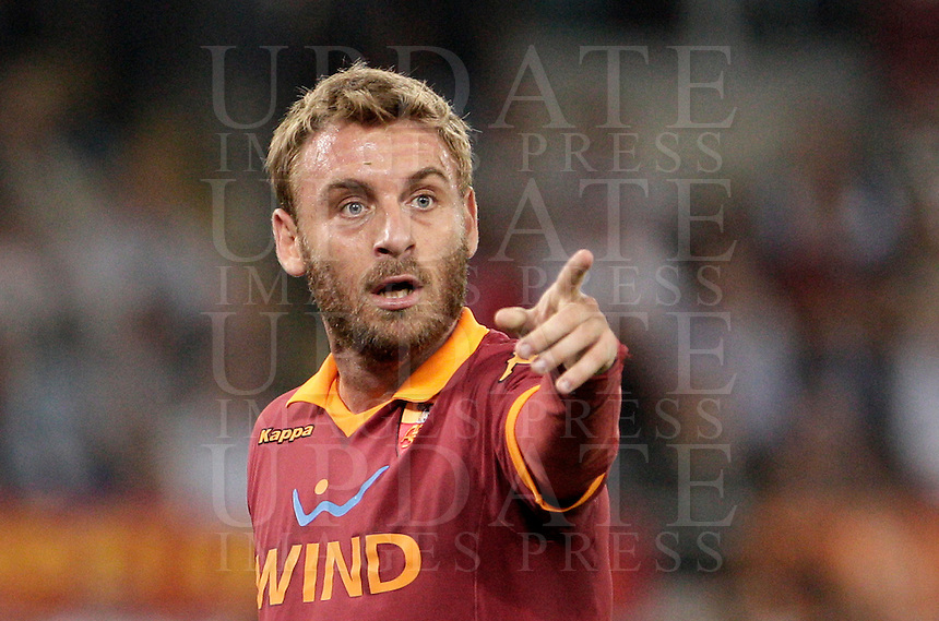 Calcio, Serie A: Roma vs Sampdoria. Roma, stadio Olimpico, 26 settembre 2012..AS Roma midfielder Daniele De Rossi gestures during the Italian Serie A football match between AS Roma and Sampdoria at Rome's Olympic stadium, 26 September 2012..UPDATE IMAGES PRESS/Riccardo De Luca