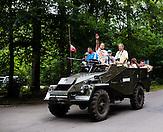 Panzer mit polnischen Touristen kommt auf das Gelände der Wolfschanze zurück. Ein polnischer Tourist präsentiert den Hitlergruß. / Polish family on a tank. You can rent tanks to take a ride in the woods. Polish man giving the Nazi salute. / Wolfsschanze, Wolf's Lair