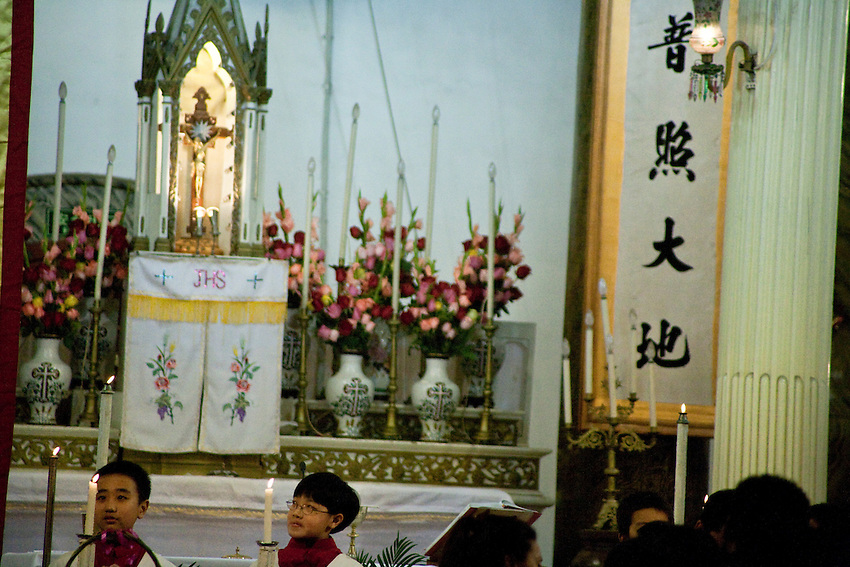 Christmas Midnight Mass in the  official church of Wangfujing,  Beijing, 24-25 december 2009.
