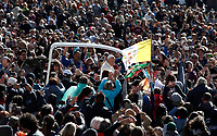 Papa Francesco saluta i fedeli al suo arrivo all'udienza generale del mercoledi' in Piazza San Pietro, Citta' del Vaticano, 19 aprile, 2017.<br /> Pope Francis waves to faithful as he arrives for his weekly general audience in St. Peter's Square at the Vatican, on April 19 2017.<br /> UPDATE IMAGES PRESS/Isabella Bonotto<br /> <br /> STRICTLY ONLY FOR EDITORIAL USE