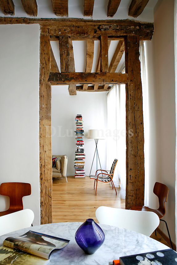 Erotokritos is a young but successful fashion designer working and living in the Marais area of Paris where one of his boutiques is also located..Like most 17th century Parisian apartments, it is fairly small (64 sq. m.), but it has very high ceilings..