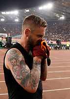 Calcio, Serie A: Roma vs Juventus. Roma, stadio Olimpico, 14 maggio 2017. <br /> Roma&rsquo;s Daniele De Rossi kisses his jersey before to throw it to fans at the end of the Italian Serie A football match between Roma and Juventus at Rome's Olympic stadium, 14 May 2017. Roma won 3-1.<br /> UPDATE IMAGES PRESS/Riccardo De Luca