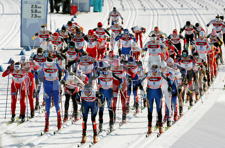 Sapporo , 250207 , Nordische Ski Weltmeisterschaft  Langlauf Doppel - Verfolgung Frauen ,  Start zum Verfolgungsrennen