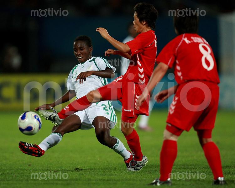Fussball Frauen Weltmeisterschaft China 2007 , ,  Gruppe B , Nordkorea - Nigeria  Un Suk RI (PRK) gegen Efioanwan EKPO (NGA)