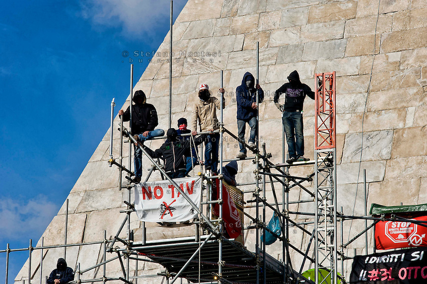 Roma, 27 Febbraio 2014<br /> Movimenti per il Diritto all'Abitare continuano l'occupazione della  Piramide in solidariet&agrave; con i 17  attivisti arrestati per  gli scontri con la polizia del 31 ottobre a via del Tritone.<br /> Roma, Italy. 27th February 2014 -- Housing rights activists continue the occupation of the  Pyramid in solidarity with 17 activists arrested over clashes with police, the 31 October at Via del Tritone.