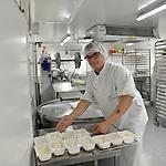 Reportage au Centre Hospitalier Public du Cotentin &agrave; Cherbourg pour son accueil de personnes handicap&eacute;es en apprentissage &agrave; l'occasion de la remise du 19&egrave;me Troph&eacute;e Innovation Handicap de la MNH.<br /> Christopher, 19 ans, personne en situation de handicap, suit une formation d'appernti en restauration collective au Mans et au Centre Hospitalier de Cherbourg.