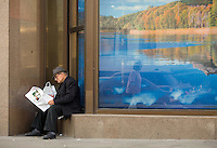 RUSSIA - Russland - MOSCOW, MOSKAU, old man, pensioner sitting on the street reading a newspaper; © Christian Jungeblodt