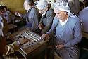 Irak 2000.Dans un café du camp de Benislawa, prés d'Erbil.    Iraq 2000.Camp of Benislawa: In a teashop