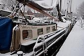 Skûtsje Zwarte Ruiter in sneeuw en ijs aan de Zuiderkade in Franeker