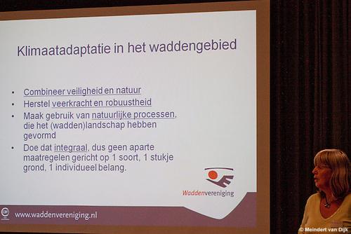 Anky Woudstra van de Waddenvereniging geeft een presentatie tijdens het werkbezoek van deltacommissaris Wim Kuijken aan Ameland.