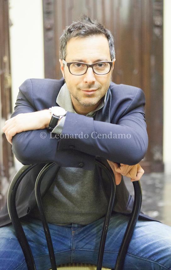 """Vive a Torino;[1] laureato in lettere moderne, ha vissuto per circa trent'anni a Nichelino[2] e ha trascorso un periodo a Londra per migliorare la lingua straniera[3]. Ha svolto le professioni di intervistatore telefonico. Erba """"Como"""" martedì 25 marzo 2014. © Leonardo Céndamo"""