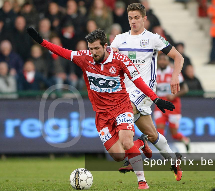 KV Kortrijk - RSC Anderlecht : Xavier Mercier (links) aan de bal voor Leander Dendoncker (r)<br /> Foto David Catry | VDB | Bart Vandenbroucke