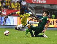 BARRANQUILLA – COLOMBIA - 23 – 03 -2017: Duvan Zapata (Izq.) jugador de Colombia disputa el balón con Ronald Raldes (Der.) jugador de Bolivia, durante partido entre los seleccionados de Colombia y Bolivia, de la fecha 13 válido por la clasificación a la Copa Mundo FIFA Rusia 2018, jugado en el estadio Metropolitano Roberto Melendez en Barranquilla. /  Duvan Zapata (L) player of Colombia vies the ball with Ronald Raldes (L) jugador of Bolivia, during match between the teams of Colombia and Bolivia, of the date 13 valid for the Qualifier to the FIFA World Cup Russia 2018, played at Metropolitan stadium Roberto Melendez in Barranquilla. Photo: VizzorImage / Luis Ramirez / Staff.