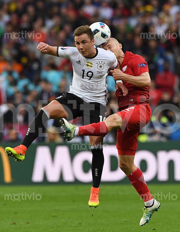 FUSSBALL EURO 2016 GRUPPE C IN PARIS Deutschland - Polen    16.06.2016 Mario Goetze (li, Deutschland) gegen Michal Pazdan (re, Polen)