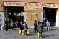 Roma 24 Ottobre 2009.Farmers' Market.Il mercato di Campagna Amica-Coldiretti prodotti freschi e solo di stagione venduti direttamente dal produttore al consumatore  all'antico mercato ebraico del pesce.Rome October 24, 2009.Farmers' Market.The market Campagna Amica-Coldiretti fresh produce in season and only sold directly from producer to consumer market in the ancient Hebrew of the fish..