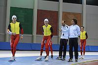 SCHAATSEN: SALT LAKE CITY: Utah Olympic Oval, 12-11-2013, Essent ISU World Cup, training, Wannes van Praet (BEL), Bart Swings (BEL), Jelle Spruyt (trainer/coach Team Stressless), Bart Veldkamp (trainer/coach Team Stressless), Maarten Swings (BEL), ©foto Martin de Jong