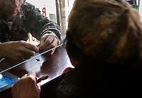 Wycena bizuterii w lombardzie...Skierniewice, 10/02/2009..Fot: Piotr Malecki