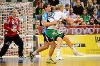 Manuel Späth (FAG) am Ball wird von Rolf Hermann (TBV) gehalten