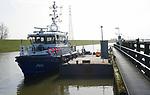 Foto: VidiPhoto<br /> <br /> TIEL - De P98, een van de twaalf grotere boten van de Politie te Water, ligt donderdag werkloos bij de Prins Bernhardsluizen in Tiel. Personeel van de boot zit op kantoor en weigert uit te varen. Ook de andere elf boten en tientallen kleinere speedboten van de politiedienst blijven aan wal. Alleen bij calamiteiten komen de agenten in actie. De Waterpolitie(150 man personeel) protesteert tegen de bezuinigingen van de Landelijke Eenheid (LE), waardoor volgens de agenten er onvoldoende nautisch personeel is om goed en veilig op het water te kunnen werken. De korpsleiding vindt 'vaarweigering' prematuur omdat nog over functies en bezetting wordt overlegd. De actie &quot;boten aan de kant&quot; is het gevolg van zes jaar onvrede bij de waterpolitie, schrijft de ACP. De spanningen tussen de Eenheidsleiding en het personeel zijn hoog opgelopen en een oplossing is nog niet in zicht. Al eerder werd ook de Veldpolitie wegbezuinigd waardoor het aantal stroperijen op zowel land als water de afgelopen jaren is toegenomen.