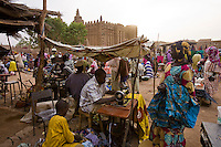 Djenné, Mali 2009 - Thousands of people from the surrounding area shop in Djenné on market day.