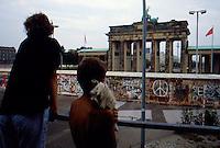 Berlino  settembre 1989 Gli ultimi mesi del muro che divideva Berlino Est e Berlino Ovest , Berlin, September 1989 The last months of the wall that divided East Berlin and West Berlin Due ragazzi osservano la porta di Brandeburgo al di là del muro